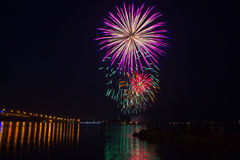 Feuerwerke über dem York-Fluss im Williamsburg, lizenzfreie stockfotografie