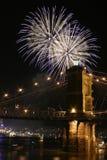 Feuerwerke über der Brücke Stockbilder