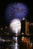 Feuerwerke über der Brücke Stockfoto