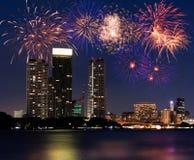 Feuerwerke über der Stadt Lizenzfreie Stockfotos