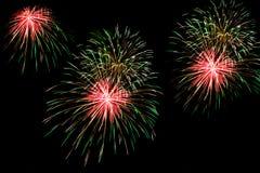 Feuerwerke über der Stadt feiern im glücklichen Festival Lizenzfreie Stockfotos