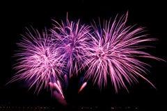 Feuerwerke über der Stadt feiern im glücklichen Festival Stockfotos