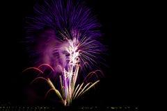 Feuerwerke über der Stadt feiern im glücklichen Festival Lizenzfreies Stockbild