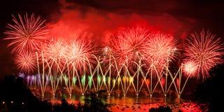 Feuerwerke über der Stadt von Annecy in Frankreich für den Annecy See Lizenzfreie Stockfotografie