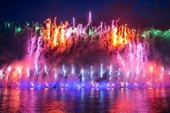 Feuerwerke über der Stadt von St Petersburg (Russland) Stockfotografie