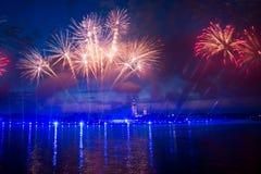 Feuerwerke über der Stadt von St Petersburg (Russland) Lizenzfreie Stockbilder