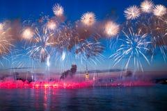 Feuerwerke über der Stadt von St Petersburg (Russland) Stockbilder