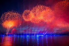 Feuerwerke über der Stadt von St Petersburg (Russland) Lizenzfreies Stockfoto