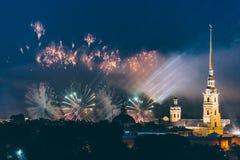Feuerwerke über der Stadt von St Petersburg Russland auf dem Fest von ` Scharlachrot segelt ` Lizenzfreies Stockbild