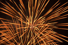 Feuerwerke über einem nächtlichen Himmel stock abbildung