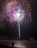 Feuerwerke über einem Pier Lizenzfreie Stockbilder