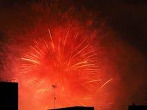 Feuerwerke über Gebäuden Lizenzfreies Stockbild