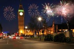 Feuerwerke über Häusern des Parlaments Lizenzfreies Stockfoto
