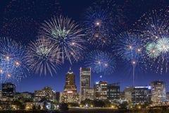 Feuerwerke über im Stadtzentrum gelegenen Portland-Stadtskylinen in Oregon Lizenzfreie Stockbilder