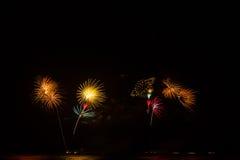 Feuerwerke über nächtlichem Himmel stockfotografie