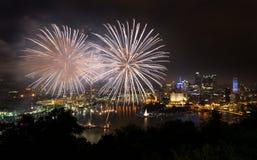 Feuerwerke über Pittsburgh für Unabhängigkeitstag stockfotos