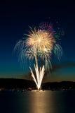 Feuerwerke über See Stockbild
