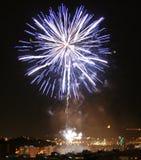 Feuerwerke über Stadtgebäuden Lizenzfreie Stockfotografie