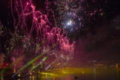 Feuerwerke über Weichsel in Krakau Lizenzfreies Stockfoto