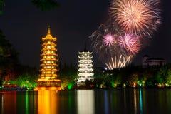 Feuerwerke über zwei Türmen Guilin China stockbilder