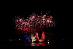 Feuerwerke auf dem Fluss lizenzfreies stockfoto