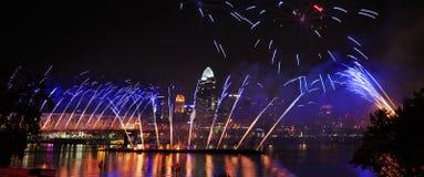 Feuerwerke auf dem Fluss Stockfotografie