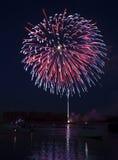 Feuerwerke auf dem Fluss Stockbilder