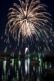 Feuerwerke auf dem Fluss Stockfotos