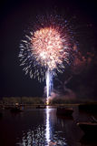 Feuerwerke auf dem Fluss Stockbild