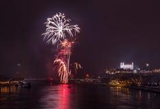 Feuerwerke auf dem Fluss stockfoto