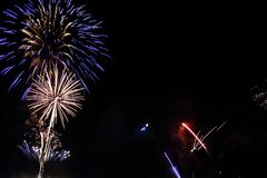 Feuerwerke auf dem nächtlichen Himmel lizenzfreie stockbilder