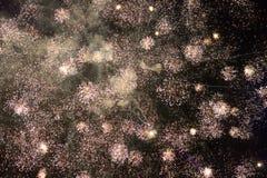 Feuerwerke auf dem schwarzen Himmel Lizenzfreie Stockbilder