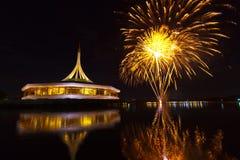 Feuerwerke auf dem schwarzen Himmelhintergrund bei Suanluang RAMA IX THAILÄNDISCH lizenzfreies stockfoto
