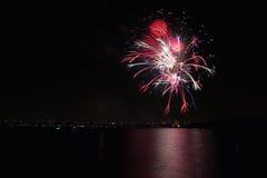 Feuerwerke auf dem See lizenzfreie stockfotos
