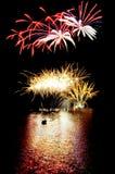 Feuerwerke auf dem See auf Wasser Lizenzfreie Stockfotografie