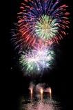 Feuerwerke auf dem See auf Wasser Stockbild