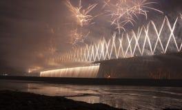 Feuerwerke auf der weiter Straßenbrücke Stockbild