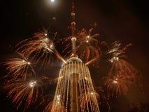 Feuerwerke auf Fernsehkontrollturm Stockfotos
