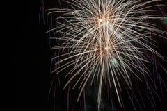 Feuerwerke auf schwarzem Hintergrund Lizenzfreie Stockfotos