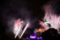 Feuerwerke bei Hong Kong Disneyland Stockbilder