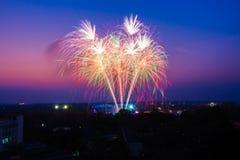 Feuerwerke bei Sonnenuntergang Lizenzfreie Stockfotos