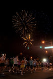 Feuerwerke beim Anfang des Honolulu-Marathons Lizenzfreie Stockfotos