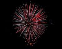 Feuerwerke beleuchten die Nacht auf Juli 4. stockbild