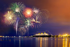 Feuerwerke über einem Kreuzschiff Stockbild