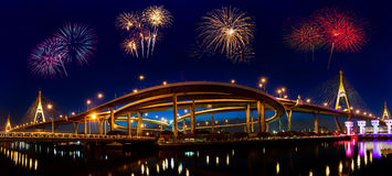 Feuerwerke an Bhumibol-Brücke Lizenzfreie Stockbilder