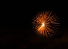 Feuerwerke, bunte Feuerwerke Hintergrund, Feuerwerksexplosion im bewölkten Himmel, Malta, Feuerwerke in Malta, Unabhängigkeitstag Lizenzfreies Stockfoto