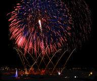 Feuerwerke, bunte Feuerwerke Hintergrund, Feuerwerksexplosion im bewölkten Himmel mit Dorf silhoutte in Zurrieq, Malta, Feuerwerk Lizenzfreies Stockbild