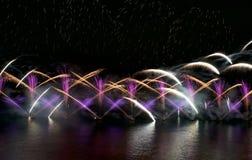 Feuerwerke, bunte Feuerwerke von verschiedenen Farben über nächtlichem Himmel, Feuerwerksfestival in Valletta, 2017, erstaunliche Lizenzfreie Stockbilder