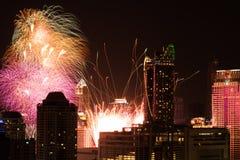 Feuerwerke am Count-downereignis des neuen Jahres in Bangkok Thailand Stockbild