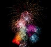 Feuerwerke in den verschiedenen Farben Lizenzfreie Stockfotografie